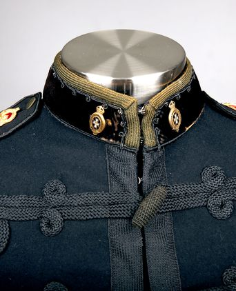Front view of rank insignia and collar badges.